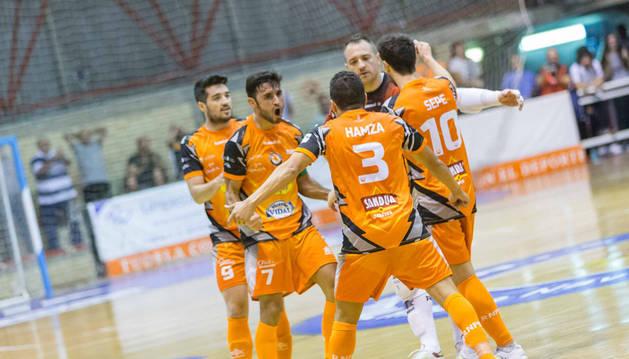 De izquierda a derecha, los jugadores del Aspil Iago Rodríguez, Rubi, Hamza, Gus y Sepe celebran juntos un gol.