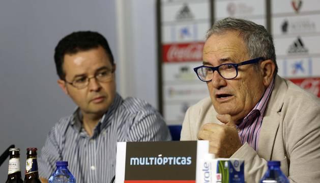 Foto de Alfonso Ramírez observa al presidente de Osasuna durante una comparecencia ante los medios de comunicación.