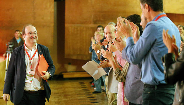 El primer secretario del PSC, Miquel Iceta, es aplaudido por sus compañeros, tras su intervención en el VIII Congreso que el PSE-EE celebra este fin de semana en Bilbao.