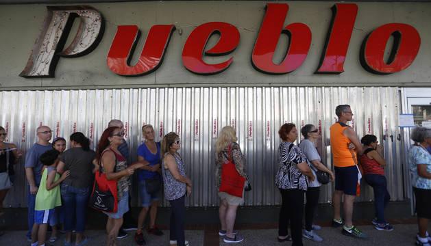 Colas en San Juan para recibir comida, gasolina, etc.