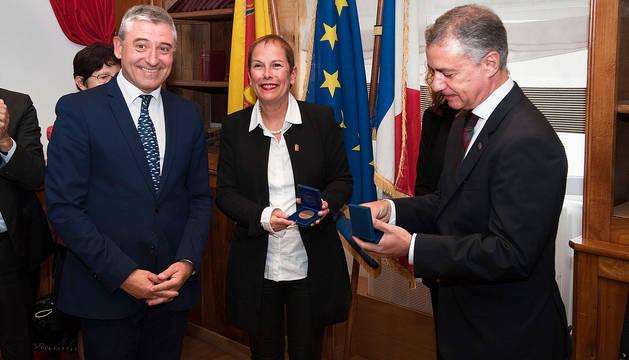 Navarra recibe la medalla de la villa de Oloron Sainte-Marie
