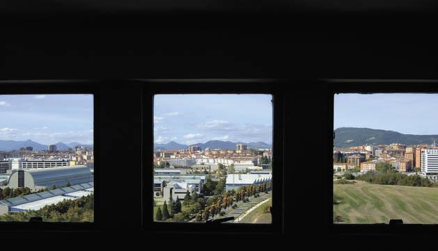 Las tres ventanas del rellano de la decimotercera planta de la torre Arrosadia se asoman al campus de la Universidad Pública de Navarra en su 30 aniversario.
