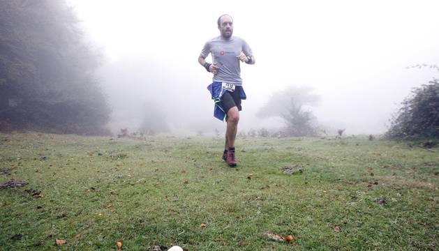 Uno de los corredores, con la niebla al fondo.