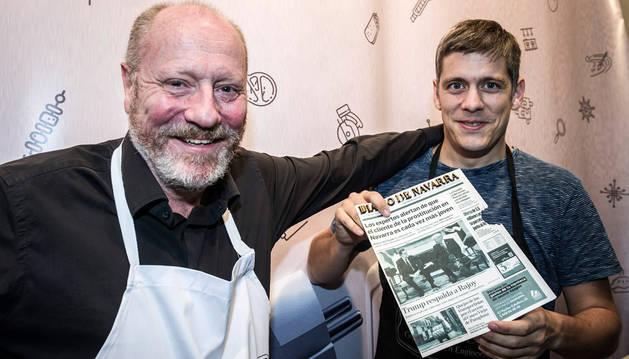 A la izquierda Patxi Larumbe Beramendi junto a Daniel Rico Aldaz, que sostiene un ejemplar comestible de Diario de Navarra. La cabecera está hecha con galletas cortadas con láser.