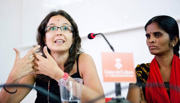 Montse Ortiz, junto a una mujer india con las que trabaja la Fundación Vicente Ferrer.
