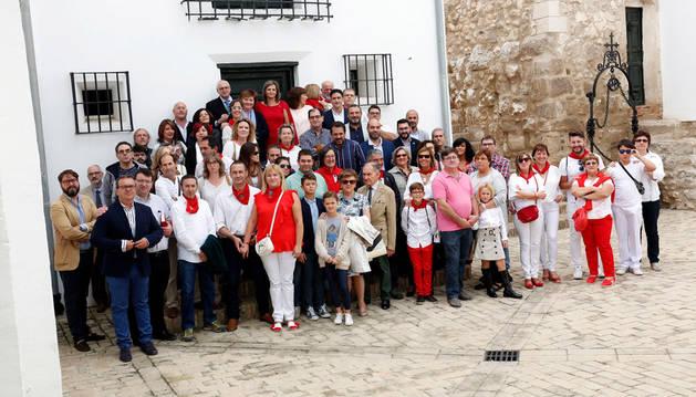 Los asistentes a la inauguración de la exposición permanente del Alto de la Cruz posaron juntos en el patio del Castillo.