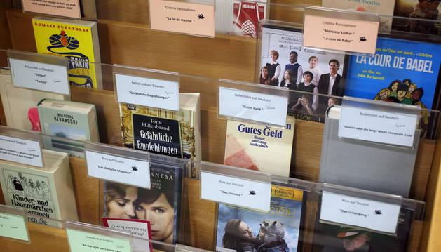 En tres días ya se habían dejado en préstamo 15 libros y películas de los 57 de la muestra.