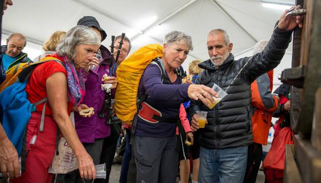 Los montañeros, todavía con las mochilas al hombro, fueron recibidos con vasos de sidra para almorzar.