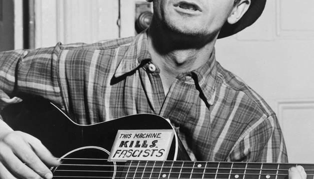 El músico Woody Guthrie.