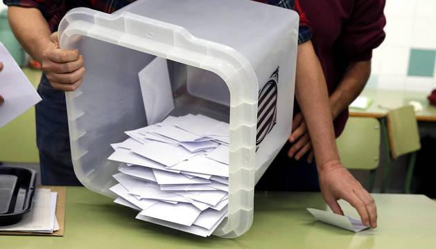 Foto del recuento de papeletas en uno de los colegios de Barcelona.