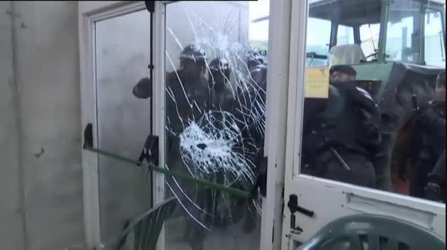 La Guardia Civil irrumpe en el colegio electoral de Puigdemont