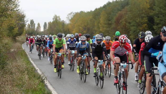 Foto del pelotón de ciclistas de la modalidad de Carretera, durante uno de los tramos de la prueba.