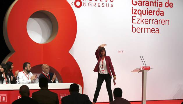 Idoia Mendia saluda a los simpatizantes tras su intervención en el VIII congreso que el PSE-EE celebra este fin de semana en Bilbao.