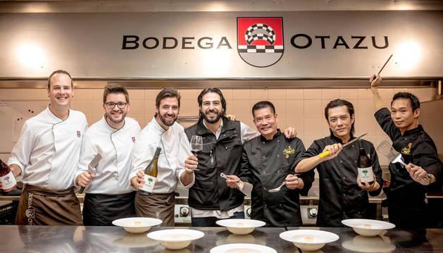 Imagen de parte de los concursantes de MasterChef China, en la Bodega Otazu.