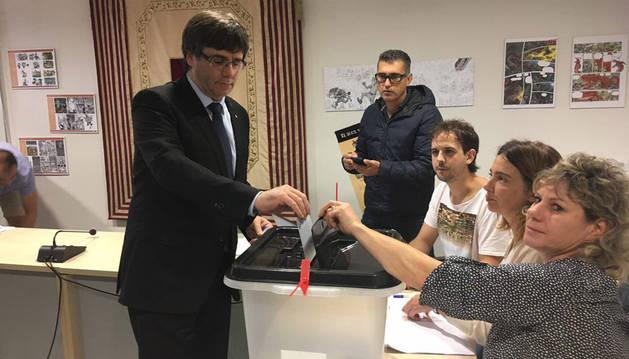 Momento en el que el presidente de la Generalitat, Carles Puigdemont, vota en un colegio electoral de Cornellà de Terri (Girona).
