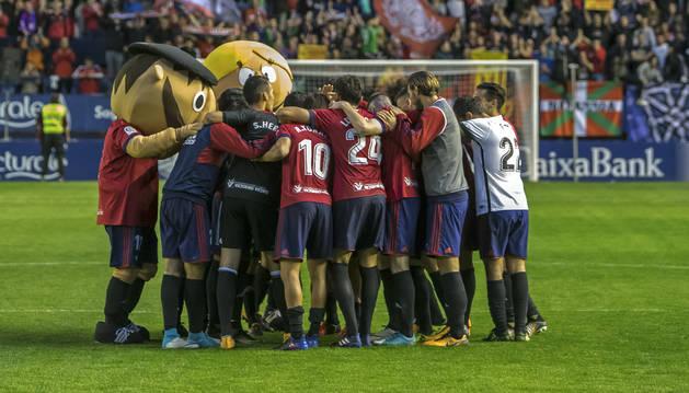 Los jugadores de Osasuna hacen piña en el centro del campo tras la victoria ante el Sporting.