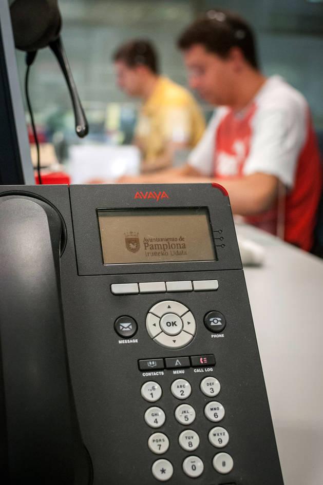 Trabajadores municipales atendiendo llamadas del 010.