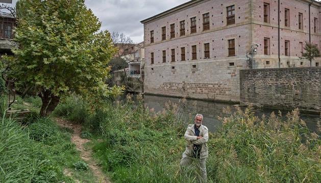 El presidente de la asociación vecinal de San Miguel, Mikel Roig Garro, en uno de los tramos que recorrerá el futuro paseo del río, con el Museo del Carlismo en la otra orilla.