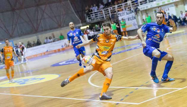 Javivi realiza una volea en el último encuentro disputado en el Ciudad de Tudela, ante Peñíscola.