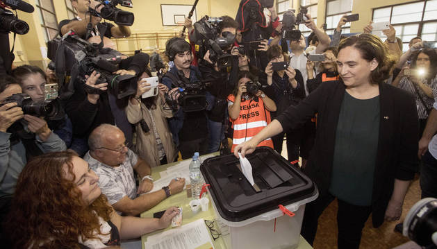 Ada Colau, este domingo en un colegio electoral, donde depositó su voto del referéndum.