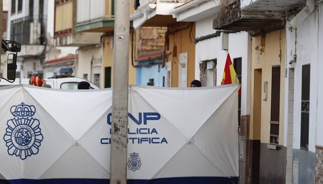 La Policía Nacional y la Unidad Militar de Emergencias (UME), durante la operación en una vivienda de Dos Hermanas.