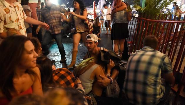 Foto de los asistentes a un festival de música country en Las Vegas buscan refugio durante un tiroteo.
