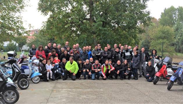 Foto de grupo de los 73 participantes en el séptimo 'Vespaseo' celebrado este domingo.