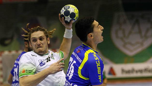 Oswaldo, que suma 16 goles en lo que va de Liga con el Helvetia, tratando de superar a dos defensores.