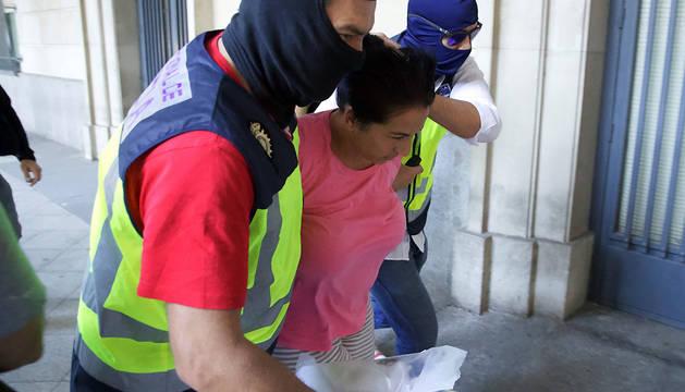 Una de las tres personas detenidas en relación con los tres cadáveres hallados enterrados en un pozo de una vivienda de Dos Hermanas (Sevilla) es conducida por la Policía a los Juzgados de Sevilla.