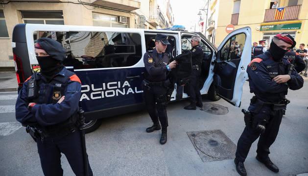 Policías nacionales en uno de los hoteles donde se alojan, custodiados por Mossos