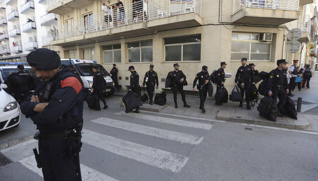 Imagen de varios agentes de Policía Nacional abandona el hotel con sus bolsas.