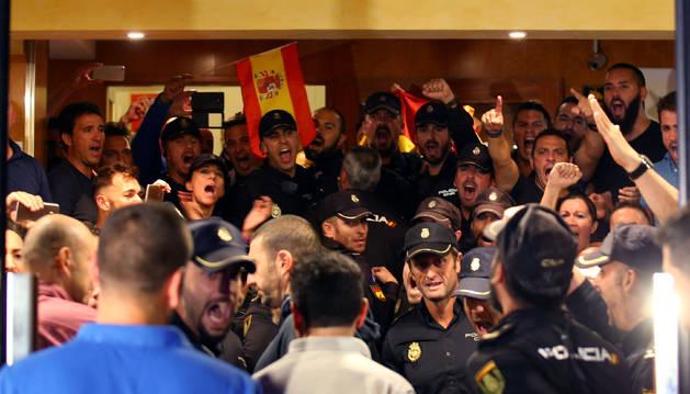 Foto de la tensión en los hoteles de Pineda a la espera de que se desaloje a policías.