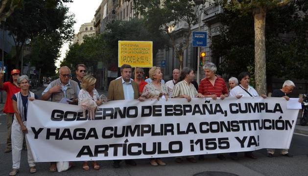 Un grupo de catalanes concentrados en Barcelona, el pasado 21 de Junio