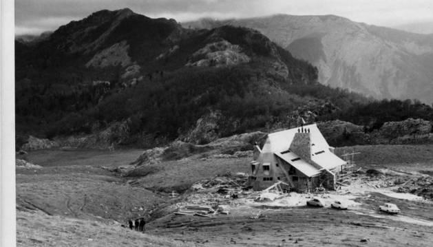 Vista de las obras del refugio de Belagua. Se inauguró en octubre de 1970.