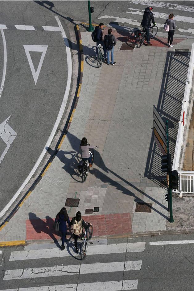 Peatones y ciclistas urbanos en Pamplona.