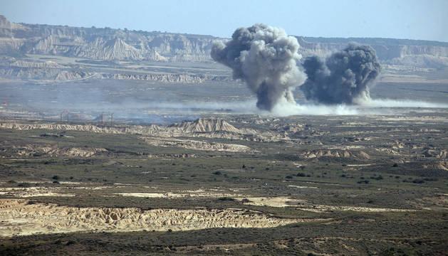 Imagen de dos columnas de humo provocadas por el impacto sobre el terreno bardenero del fuego real utilizado durante la jornada de ayer del Ejercicio Tormenta.