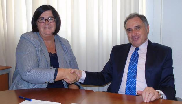 foto de José Antonio Sarría y Pilar Irigoien en la firma del convenio.