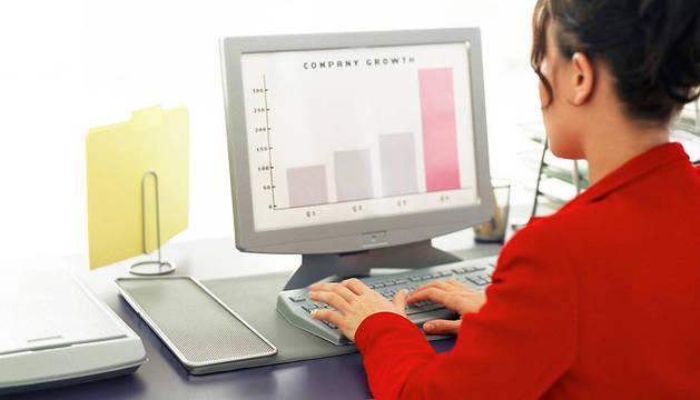 Una mujer trabaja con un ordenador.