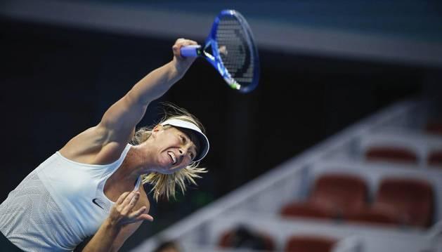 Sharapova durante un servicio contra Simona Halep