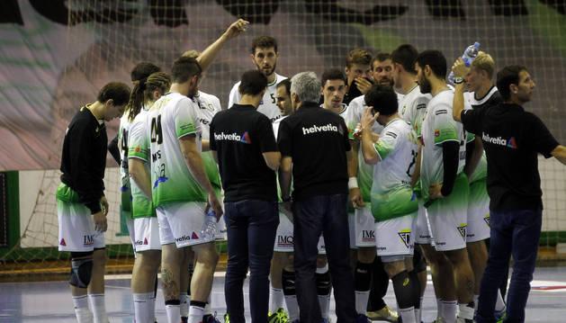 Los jugadores verdiblancos, en un tiempo muerto durante el pasado encuentro frente al Huesca.