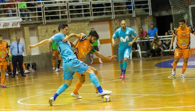 Foto del jugador del Aspil Rubi pugna con Ortiz por un balón en el partido disputado ante Inter.