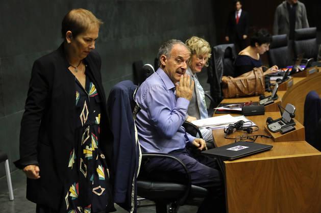 Foto de la presidenta Uxue Barkos, pasando junto a Adolfo Araiz (Bildu),  ayer, en el Parlamento.