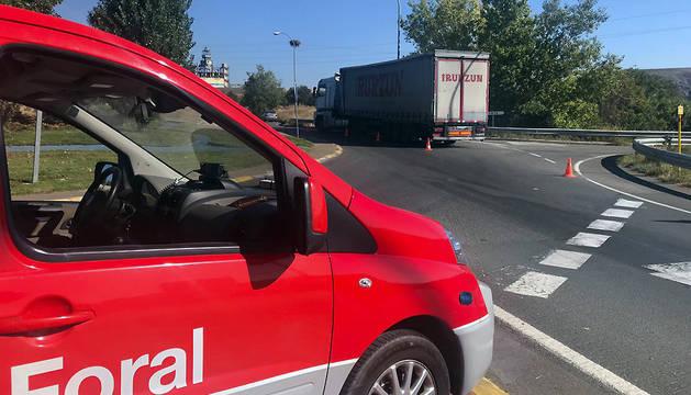 Patrulla de la Policía Foral, junto al camión averiado.