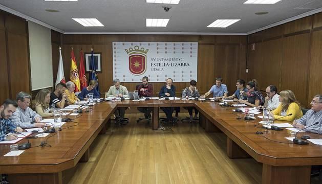 Foto del salón de plenos durante la sesión ordinaria de ayer. Faltó la concejal no adscrita, Yolanda Alén.