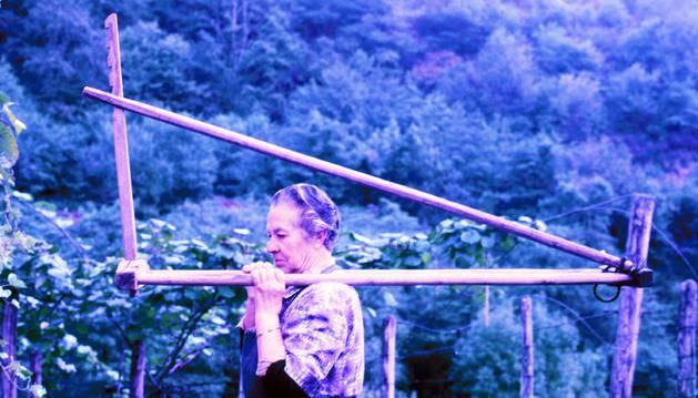 foto de Pakita Alzuguren, de Etxalar, acarreando una 'kakola' o apero para transportar hierba o paja.