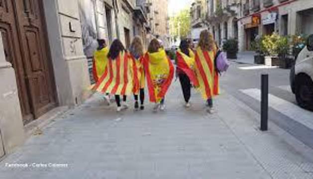 La foto de las chicas de las banderas que se hizo viral
