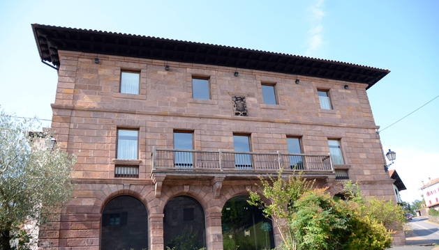 Foto de la fachada del edificio Cabo de Armería del siglo XVII, que alberga al Hotel Palacio Borda, en Amaiur.