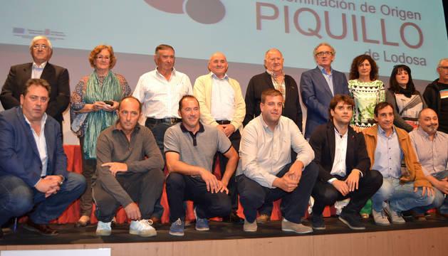 Foto de presidentes e integrantes de la DO durante estas tres décadas, alcaldes de los municipios productores y representantes de la Administración.