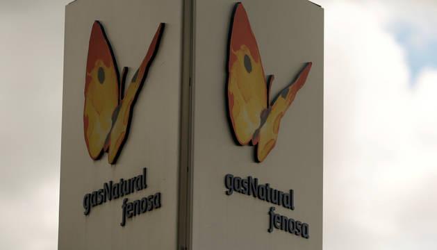 Foto del logo de Gas Natural en una de sus plantas.