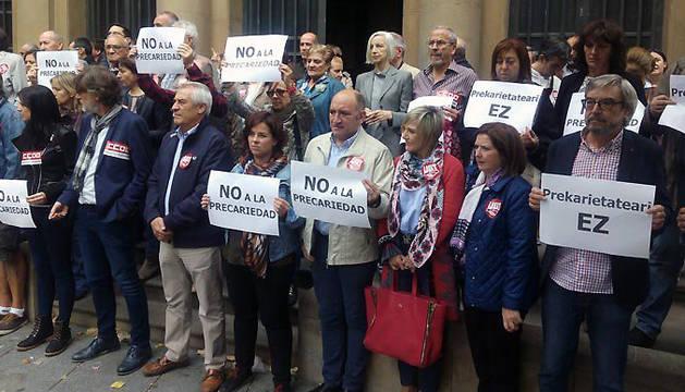 Concentración ante la sede de UGT en Pamplona con motivo de la Jornada Mundial por el Trabajo Decente.